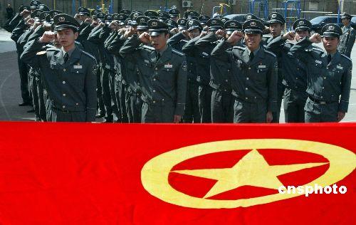 4月21日,来自北京东城警方的1000名奥运保安员庄严宣誓:全力保卫2008年北京奥运会,积极为北京平安奥运做贡献。之后,他们将接受不同的相关业务培训及技能训练。 中新社发 任海霞 摄