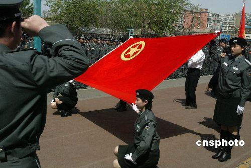四月二十一日,来自北京东城警方的一千名奥运保安员庄严宣誓:全力保卫2008年北京奥运会,积极为北京平安奥运做贡献。之后,他们将接受不同的相关业务培训及技能训练。 中新社发 任海霞 摄