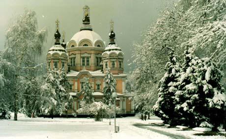 雪景中的古代教堂