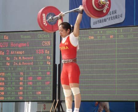 图文:亚洲举重锦标赛女子58公斤 邱红梅举杠铃