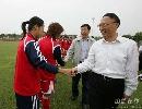 图文:[女足]总局局长看望女足 亲切握手