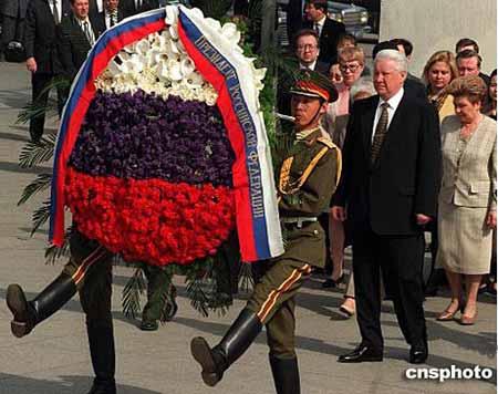 图:叶利钦献花圈