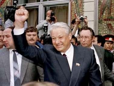 1991年,叶利钦兴奋地挥舞着走出莫斯科的总统选举投票站。