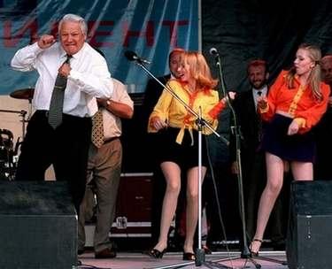 1996年6月10日,俄罗斯罗斯托夫,叶利钦在参加的一个摇滚音乐会上现场起舞。