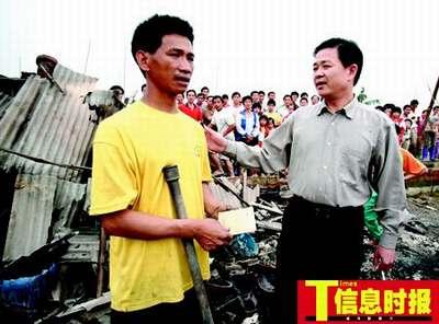 街道领导为受灾农户送来慰问金。