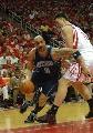 图文:[NBA]火箭VS爵士 布泽尔突破姚明