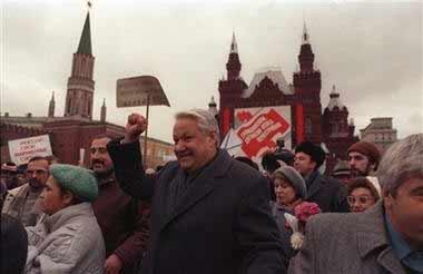俄罗斯克里姆林宫发言人4月23日证实,俄前总统叶利钦已经逝世。图为1990年11月7日叶利钦领导反政府示威者在红场游行。(黄欢)