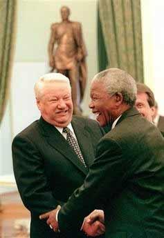 俄罗斯克里姆林宫发言人4月23日证实,俄前总统叶利钦已经逝世。图为1999年4月29日叶利钦会见南非总统曼德拉。