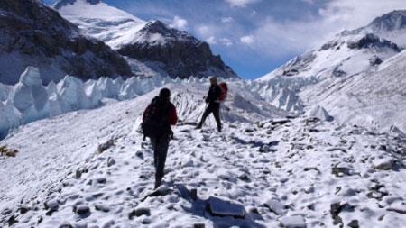 队员大刘、李向平前往5800米进行训练