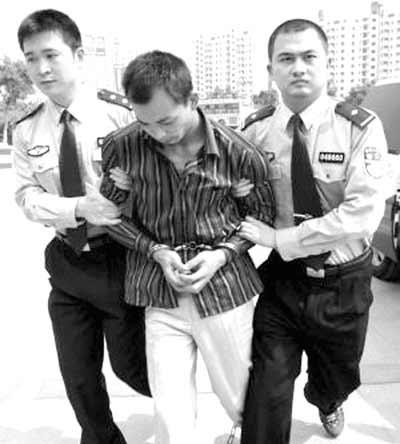 张洪涛被押回温州 法制网记者 陈东升 摄
