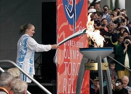 图文:00悉尼奥运火炬传递 点燃圣火台