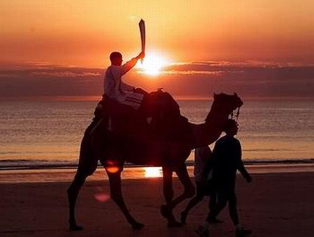 图文:00悉尼奥运火炬传递 骆驼上的火炬手