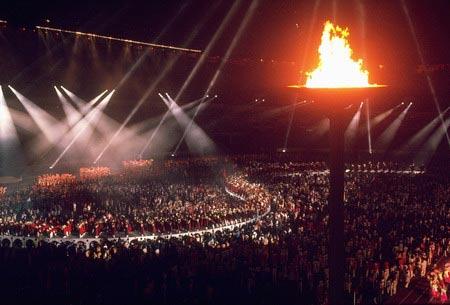 图文:96亚特兰大火炬传递 主会场圣火点燃