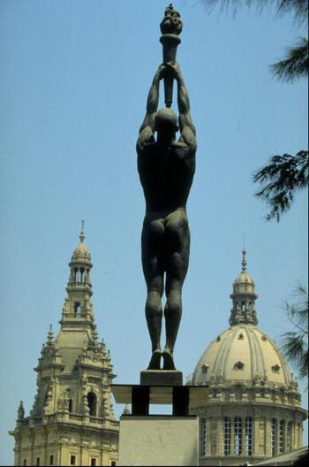 图文:92巴塞罗那火炬传递 城市火炬雕塑