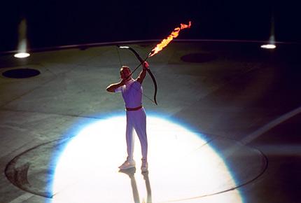 图文:92巴塞罗那火炬传递 运动员射箭点火