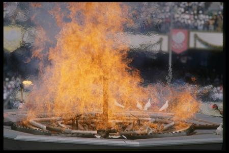 图文:1988汉城奥运火炬传递 和平鸽与圣火