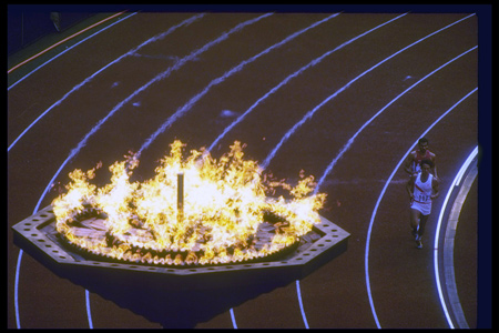 图文:1988汉城奥运火炬传递 运动员圣火下冲刺
