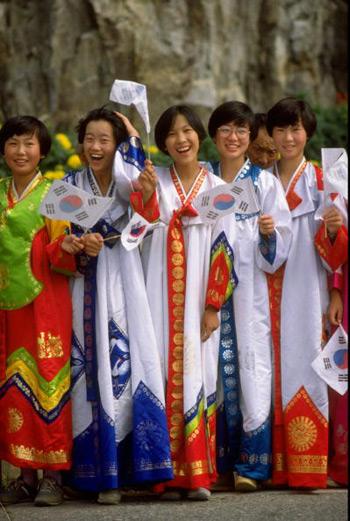 图文:1988汉城奥运会 韩国女子观看火炬传递