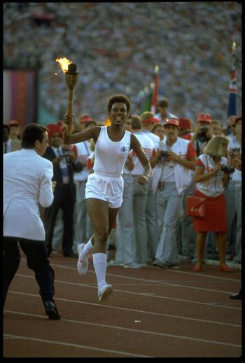 图文:1984年洛杉矶奥运会 开幕式现场火炬传递