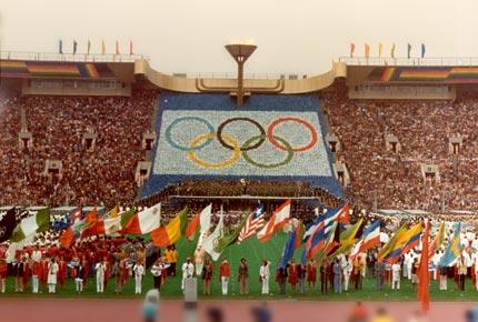 图文:1980年莫斯科奥运会 开幕式现场圣火点燃
