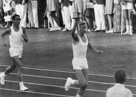 图文:1972慕尼黑奥运会 扎恩高举火炬入场