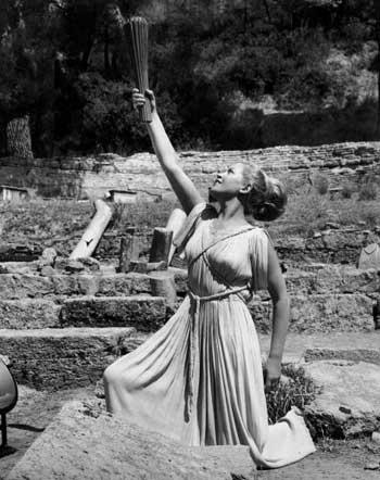 图文:1968年墨西哥奥运会 女祭司高举奥运圣火