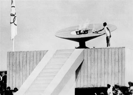 图文:1968年墨西哥奥运会 开幕式圣火被点燃