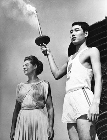 图文:1964年东京奥运会 小林酒井接过奥运圣火