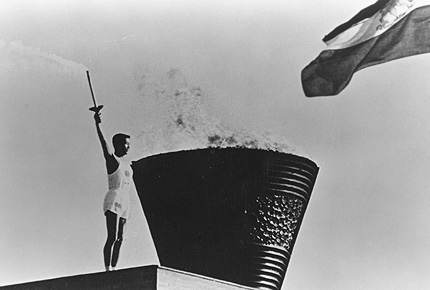 图文:1964年东京奥运会 开幕式上圣火被点燃