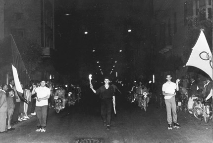 图文:1960罗马奥运火炬 圣火在罗马街头传递