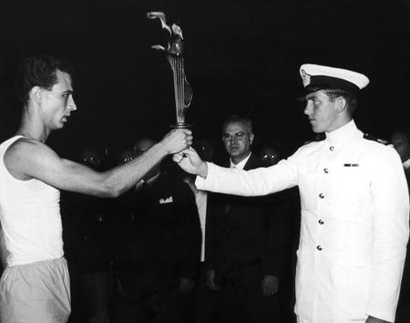 图文:1960罗马奥运火炬传递 火炬传递至意大利港口