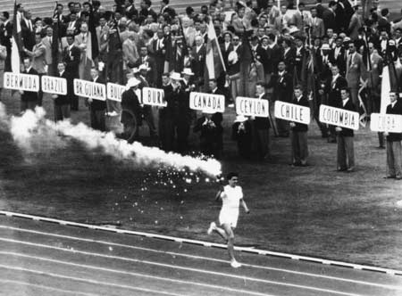 图文:1956墨尔本奥运会 克拉克传递火炬