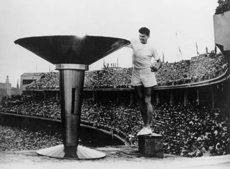 图文:1956墨尔本奥运会 克拉克点燃主火炬