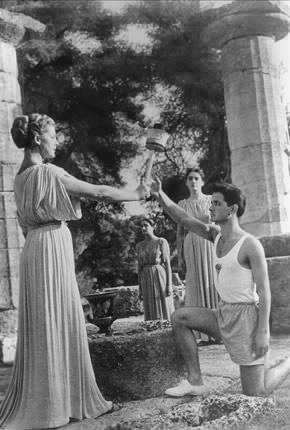 图文:1956墨尔本奥运会 女祭司传递圣火