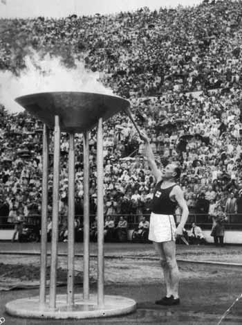 图文:1952赫尔辛基奥运会 芬兰飞人点燃奥运圣火