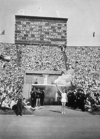 图文:1948伦敦奥运火炬传递 圣火在温布莱球场
