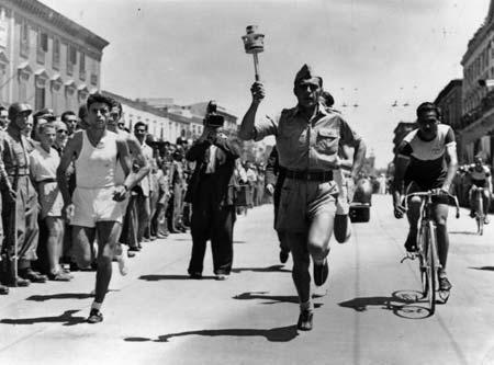 图文:1948伦敦奥运火炬传递 意大利少年游街传递