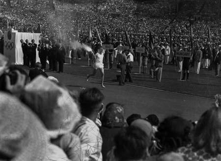 图文:1948伦敦奥运火炬传递 火炬手进入主体育场