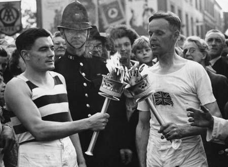 图文:1948伦敦奥运火炬传递 运动员传递奥运圣火