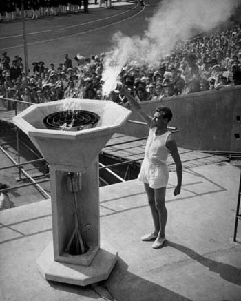 图文:1948伦敦奥运火炬传递 马克约翰点燃奥运圣火