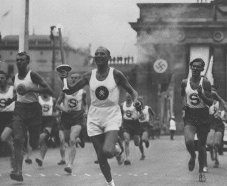 图文:1936柏林奥运火炬 圣火通过勃兰登堡门