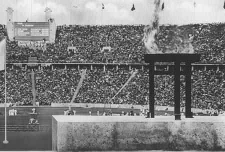图文:1936柏林奥运火炬传递 圣火在柏林点燃