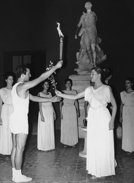 图文:1968年格勒诺布尔冬奥会 火炬手接过圣火