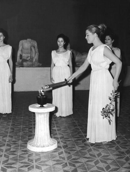 图文:1968年格勒诺布尔冬奥会 祭司采集火种