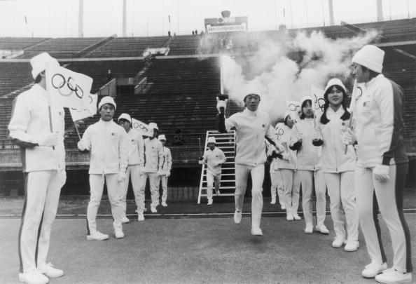 图文:1972年日本扎幌冬奥会 开幕式火炬手入场