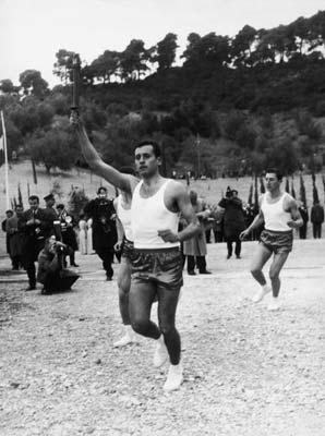 图文:1964年因斯布鲁克冬奥会 火炬手接力途中