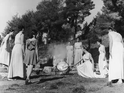 图文:1976年因斯布鲁克冬奥会 祭司点燃圣火