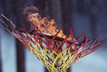 图文:1998年日本长野冬奥会 火炬燃烧象征热情