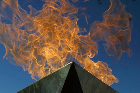 图文:2002年盐湖城冬奥会 圣火高空飘扬