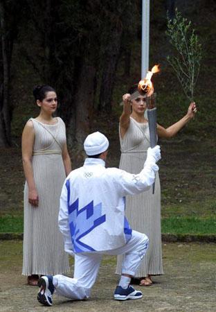 图文:2002年盐湖城冬奥会 火炬手采集火种